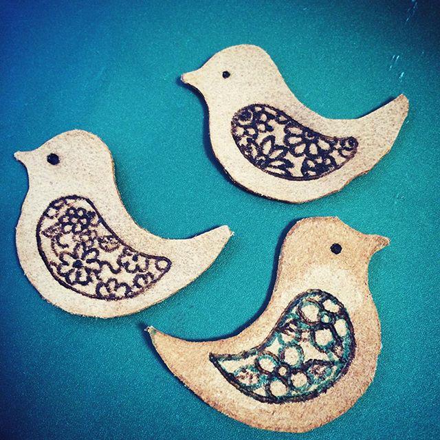 鳥を作ってみた。下書き線を消すと、革はシミが気になります。#革 #レザー #バーニング #焼き絵